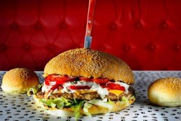 Θεσσαλονίκη: Ποιος μπορεί να φάει ένα burger - τριών κιλών;