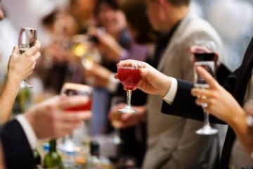 Πώς να οργανώσεις την κάβα σου για το ρεβεγιόν Revegion holiday drinking allabout.gr