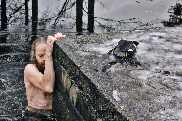 Νορβηγός βουτάει σε παγωμένη λίμνη να σώσει μια πάπια που πνιγόταν