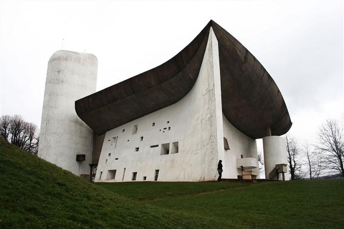 Οι σημαντικότεροι αρχιτέκτονες όλων των εποχών le corbusier ronchamp vandalized allabout.gr