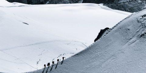 Αυτές οι φωτογραφίες ανθρώπων στα βουνά αποδεικνύουν πόσο μικροί είμαστε τελικά!