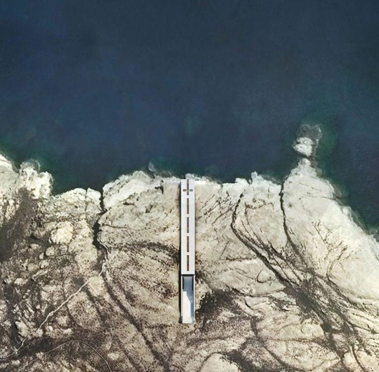 Το εκκλησάκι-σταυρός μέσα στα βράχια του Αιγαίου.