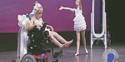δύο αδελφές ανέβηκαν στη σκηνή να χορέψουν
