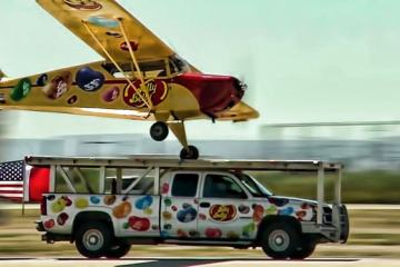 Αεροπλάνο προσγειώνεται σε κινούμενο φορτηγάκι