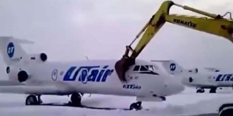 Εργαζόμενος αεροδρομίου καταστρέφει αεροπλάνο