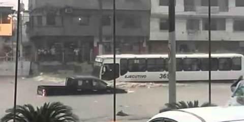 βιβλική πλημμύρα δεν μπορεί να σταθεί εμπόδιο σε αυτό το λεωφορείο