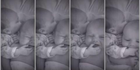 Νεογέννητο βοηθά το δίδυμο αδερφάκι