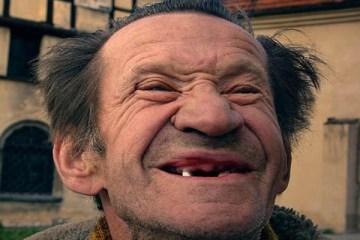Ανέκδοτο: Ένας πάμπλουτος γέρος στην τράπεζα…