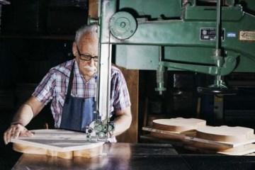 Πώς φτιάχνονται οι φημισμένες κιθάρες Gibson Les Paul