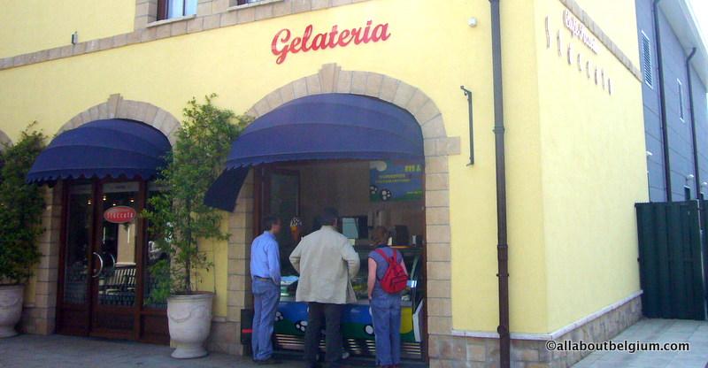 モールではショッピングに集中してあまり写真をとれませんでしたが、唯一撮ったのがこのジェラート屋さん。本格的なイタリアの味でした。
