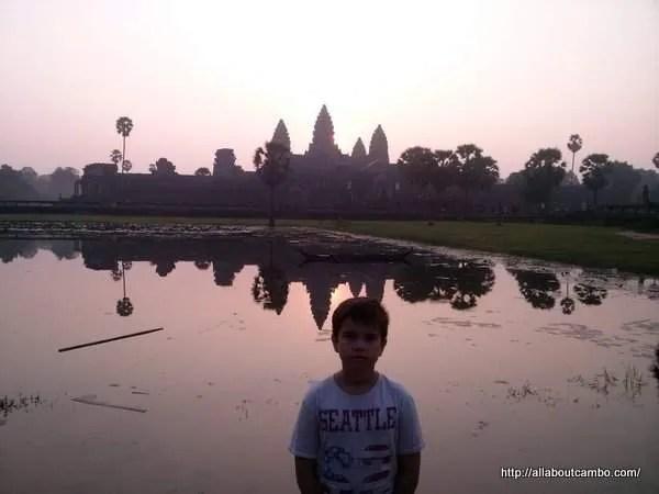 рассвет с ребёнком в Ангкоре