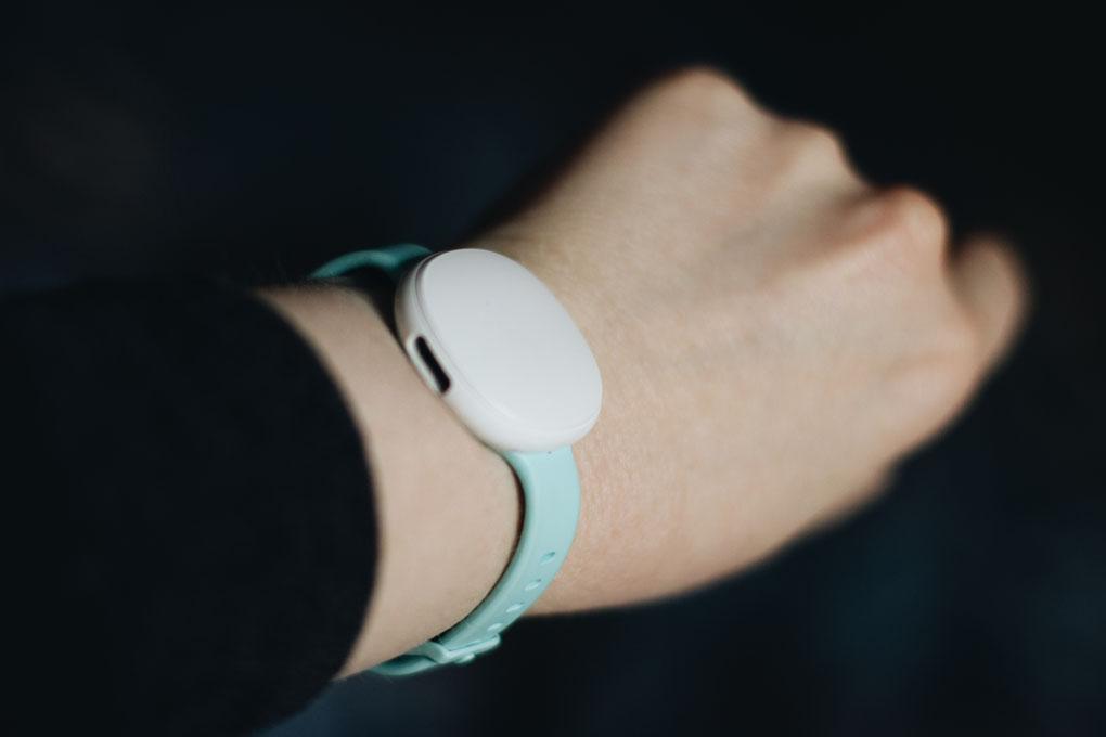 Ava Armband getragen