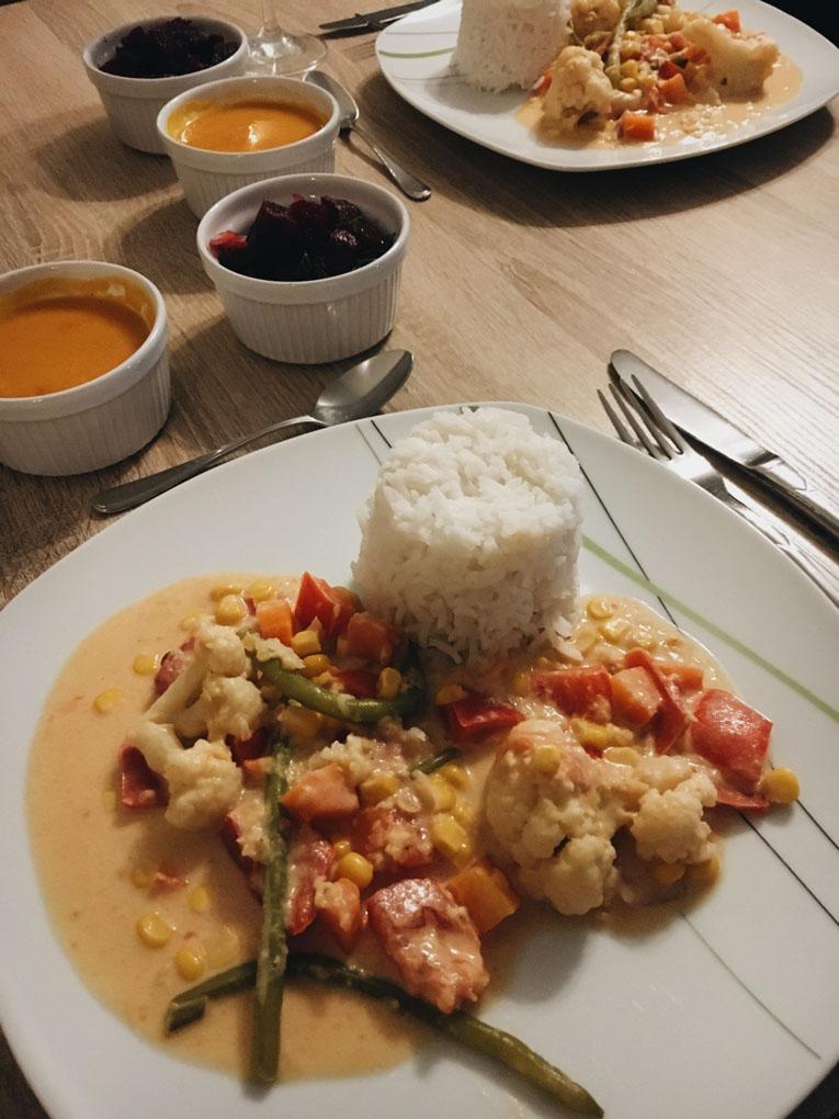 Veganes Curry mit Süßkartoffelsuppe und Rote Bete Salat