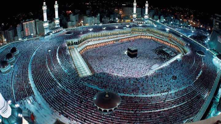 Is it legal to perform Umrah on Family Visit Visa?
