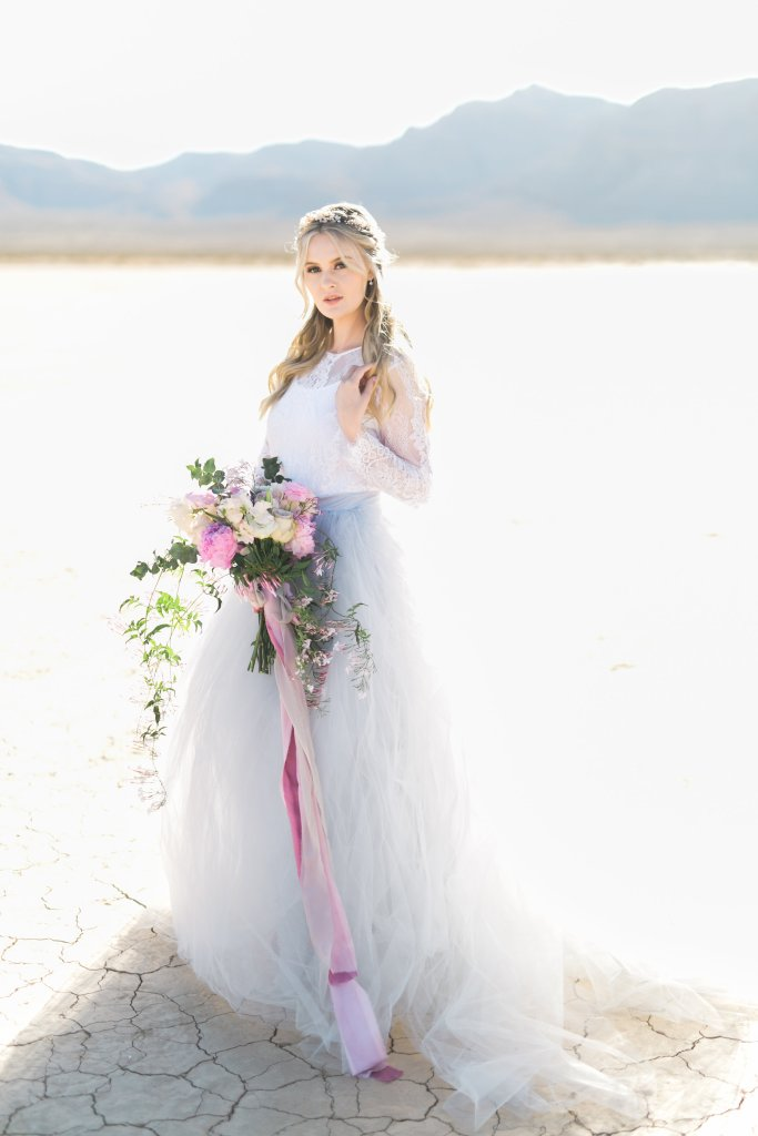 www.glamourandgraceblog.com/2018/romantic-desert-wedding-inspiration/