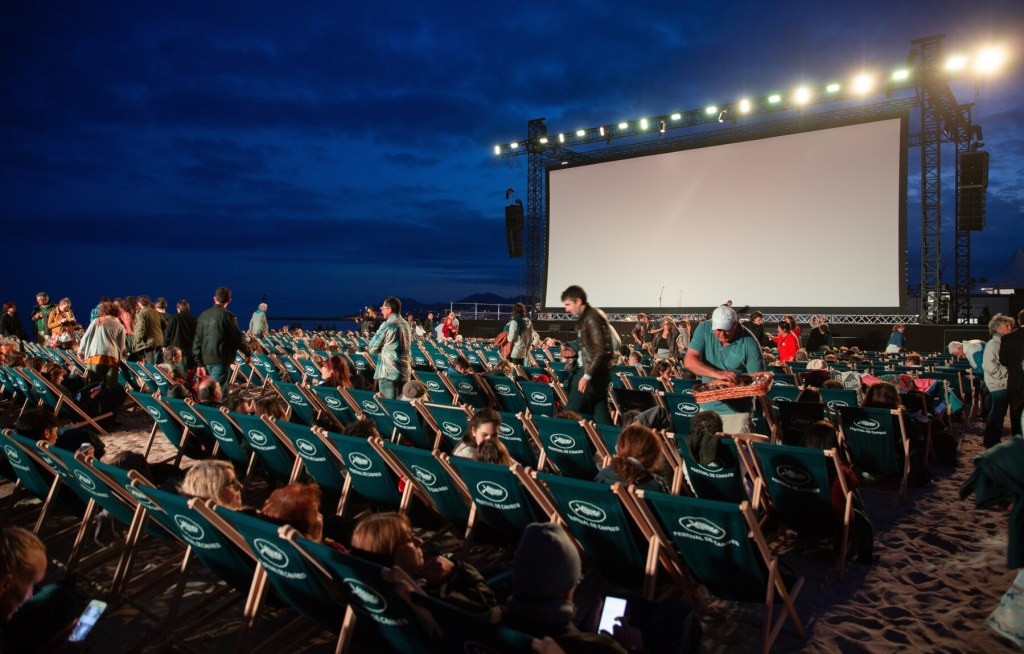 Watch a movie under the stars in New York. Read more on www.allaboutrosalilla.com