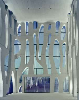 fachada-dupla-de-vidro-impresso-e-concreto-vazado-clube-de-vela-nordwesthaus-lago-constança-suiça