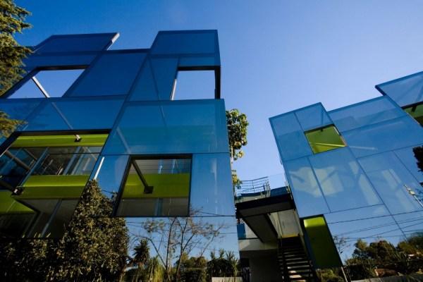 Fachada de vidro transforma casa