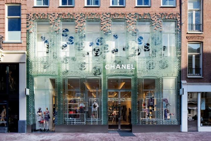 Tijolos de vidro, muito mais do que uma loja Chanel