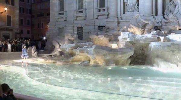 passarela de vidro 90 anos Fendi