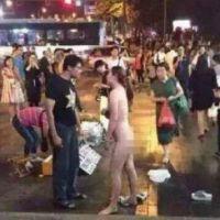 Video: Mujer se desnuda en público mientras pelea con su novio