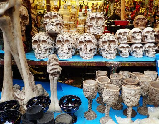 メキシコの市場で売られる骸骨のグッズ