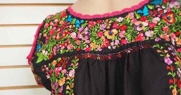 オアハカの刺繍が可愛い民族衣装