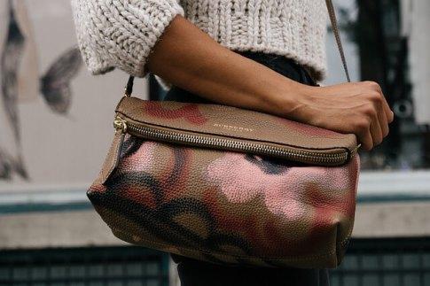 しっかり自分のバッグを持つ女性
