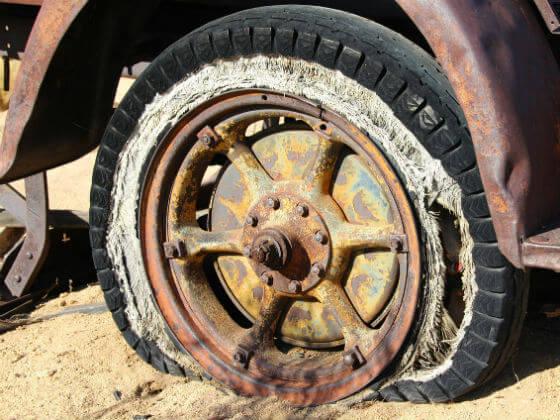 空気が抜かれた古いタイヤ