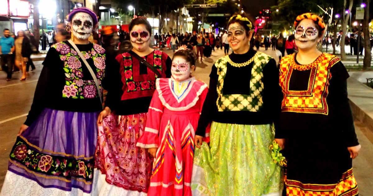 オアハカの伝統衣装を着た、死者の日の女性たち