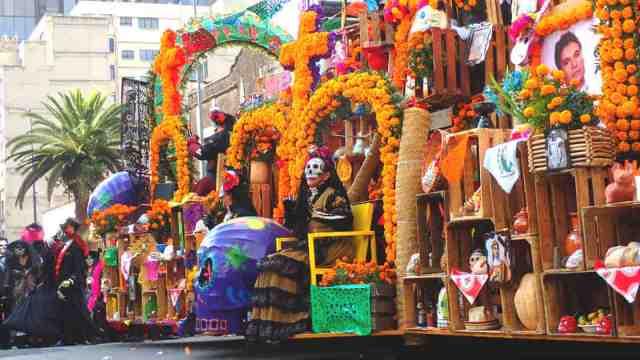 メキシコシティのパレードの巨大移動祭壇