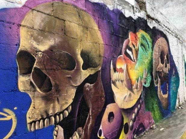 巨大な骸骨の壁画(イスラムヘーレス)