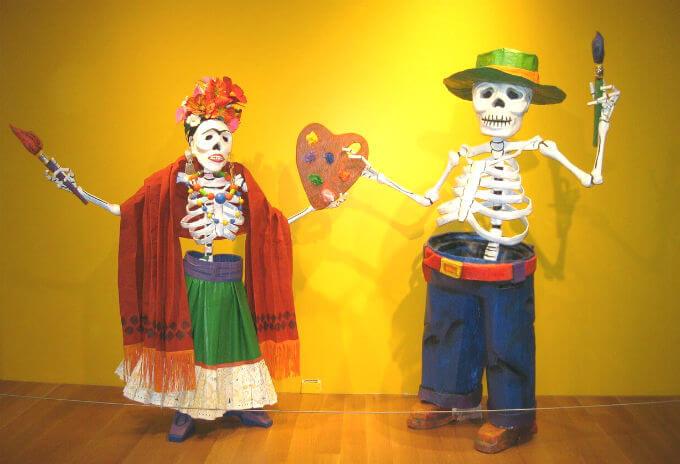 メキシコの骸骨のカップル(張り子の人形)