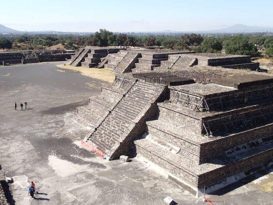 テオティワカン遺跡広場のミニピラミッド