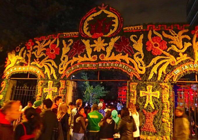 メキシコシティの死者の日の門(ゲート)