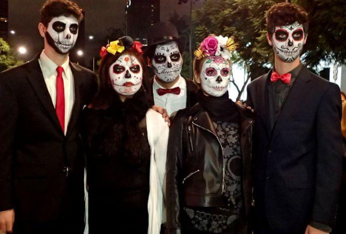 正装とクラシックな死者の日仮装