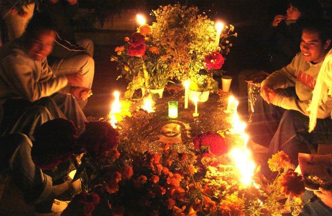死者の日のお墓(夜に集まった家族)