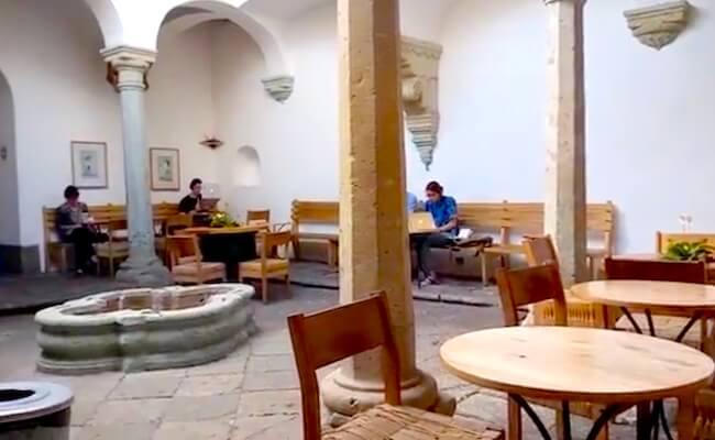 Café Brújulaの中庭