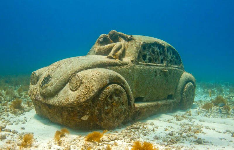 MUSA(海底博物館)の車の像