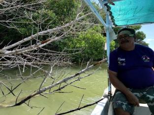 ジャングルツアーのワニ を見つけたアンヘルさん(ピンクレイク行き)