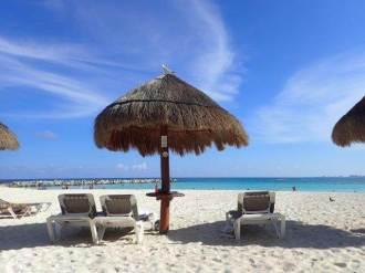 カンクンのビーチと椰子の傘