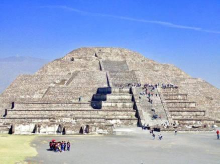 テオティワカン遺跡の月のピラミッド