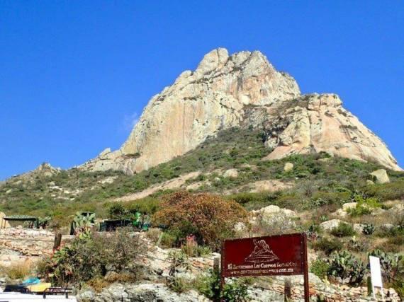 ペニャ・デ・ベルナルという約300mの高さの岩山