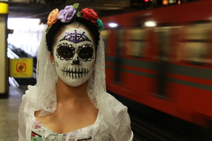 メキシコシティにいるカトリーナの仮装した女の子