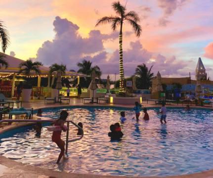 グランカリベ(パナマジャック)ホテル 夕焼けのプール