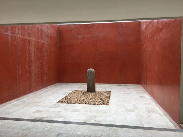 テオティワカン遺跡の壁画博物館の庭