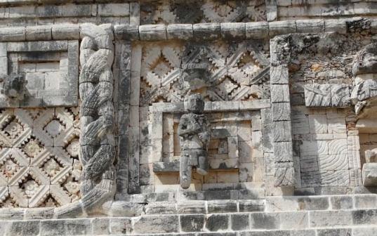 ウシュマル遺跡の壁のモザイク (1)