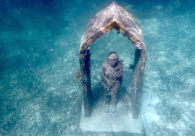 MUSAアーチと立つ人の像2