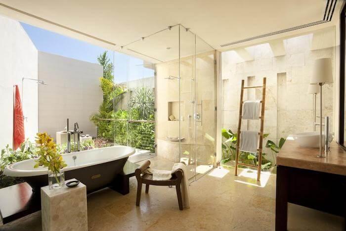 開放感のあるローズウッドマヤコバのバスルーム
