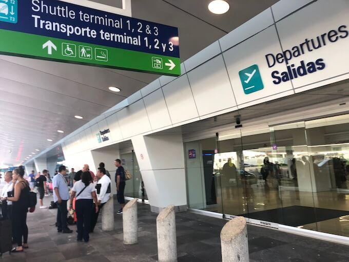 カンクンの空港エントランス